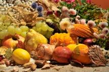Фрукти з виноградом для повноцінного меню та засушені квіти