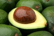 Розрізана навпіл зелена груша авокадо