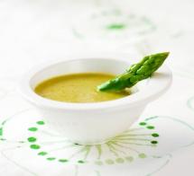 Суп зі стручком спаржі на столі з серветкою
