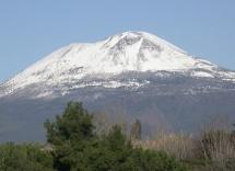 Середземноморська природа з горою на фоні неба