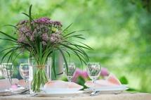 Оформлений столик з букетом квітів в ресторані