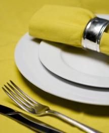 Оформлений жовтий столовий набір з зеленуватим відтінком
