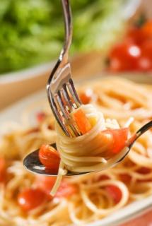 Паста з меню Італії накручена на вилку і підтримується ложкою
