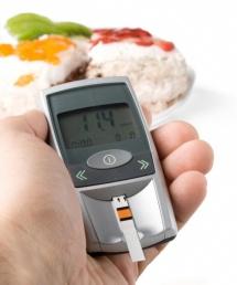 Калькулятор в руці на фоні різних продуктів