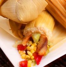 Варене листя кукурудзи на тарілці з начинкою з м'ясом