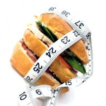 Кравецький метр обкручений навколо гамбургера на світлому тлі