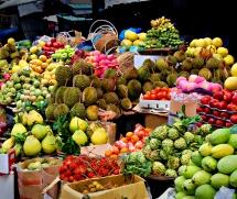 Гірки  манго, ананасів, в'єтнамських фруктів та овочів на базарі