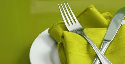 Зібраний столовий набір в зелених кольорах