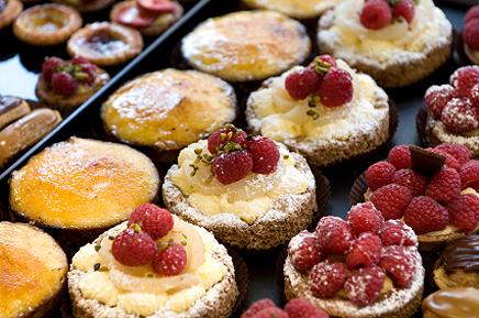 Вибір десертів з малиною на столі