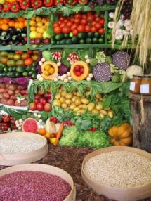 Свіжі овочі та фрукти на базарі