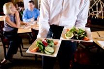 Овочі нарізними шматками подаються в ресторані до столу