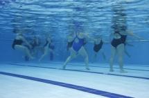 Аква аеробіка: група жінок в басейні, вигляд під водою