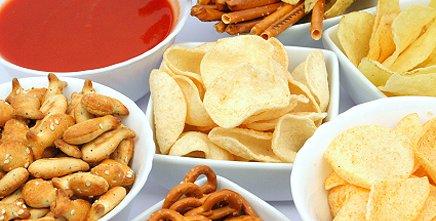 Випічка та чіпси з сіллю в піалах на столі