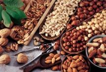 Асортимент горіхів з дерев кількох видів