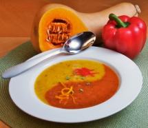 Суп із соком та червоним перцем у тарілці у формі символу інь-янь