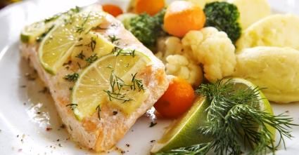 Печений лосось з лаймою і цвітною капустою на тарілці