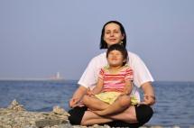 Йога мами з дитиною на березі моря