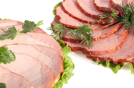 Нарізне м'ясо з листям петрушки на світлому фоні