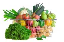 Невеликий споживацький кошик з овочами та фруктами