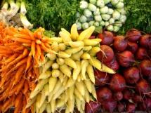 Фон із в'язок петрушки, буряка та інших овочів