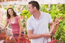 Чоловік з дружиною в магазині серед зелені