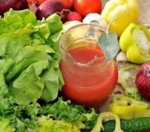 Харчування з салатом, томатним соком та зеленню на столі
