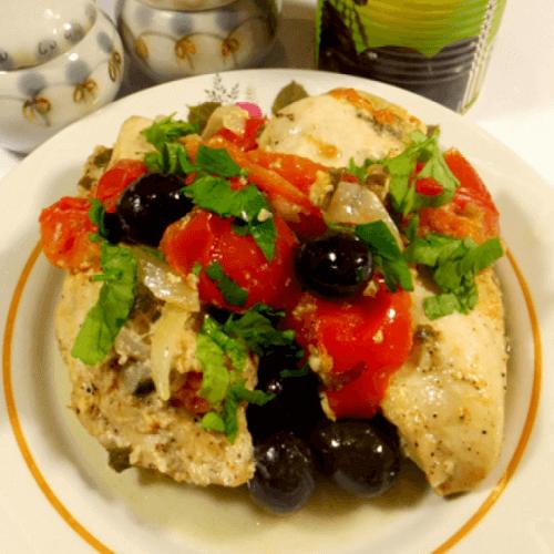 Курочка в білому вині з маслинами та помідорами