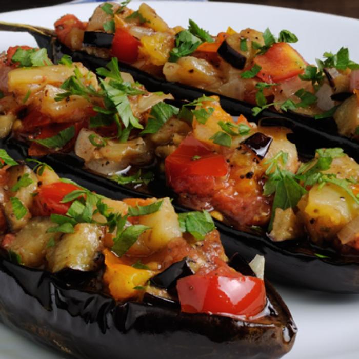 Салат зі смажених баклажанів, цибулі та помідорів