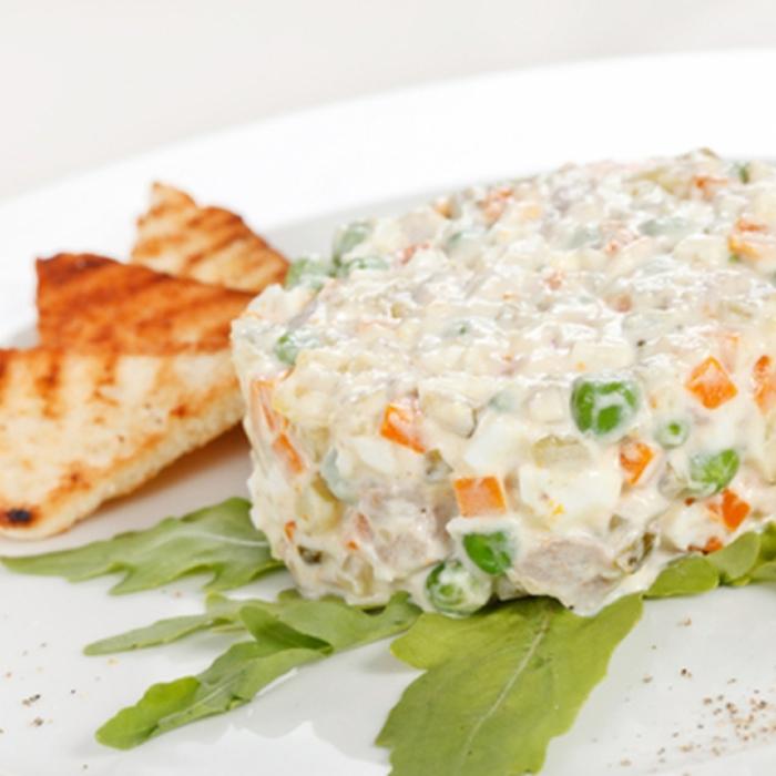 Картопляний салат з горохом та кукурудзою